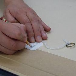 7. L'identification Chaque oeuvre est marquée par un...