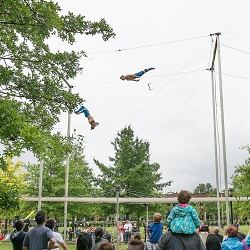 Le trapèze volantmet en scène deux ou plusieurs...