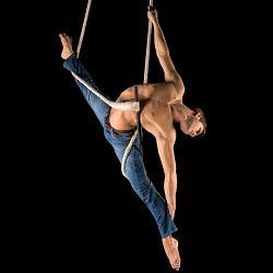 Le trapèze-dansen'est suspendu que par un point d'accroche...